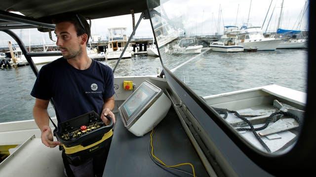Frank Marino, de Sea Machines Robotics, usa un control remoto para gestionar un barco en el puerto de Boston