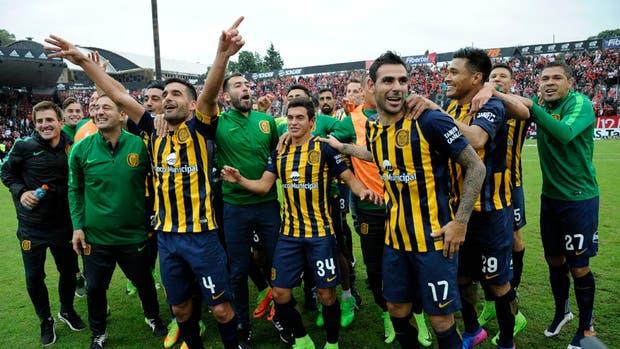 Los jugadores de Central celebran el triunfo en el clásico en la cancha de Newell''s