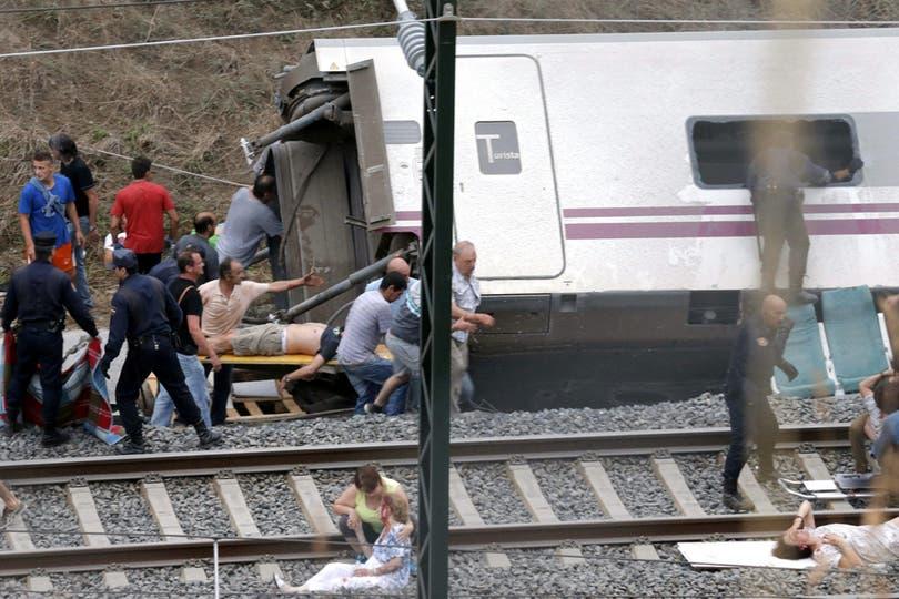 Un tren de alta velocidad descarriló cerca de Santiago de Compostela: murieron 78 personas y hay cientos de heridos. Foto: EFE