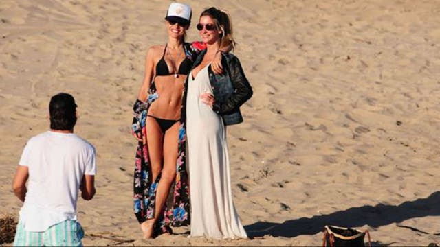Pampita, radiante en la playa