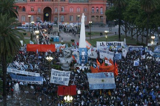 Miles y miles de personas se concentran en la PLaza de Mayo para darle el último adiós al ex presidente de la Nación, Nestor Kirchner. Foto: LA NACION / Alfredo Sánchez