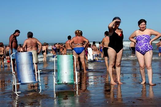 La gente disfrutó hasta último momento de la playa, enero termina y hay que volver a casa. Foto: lanacion.com / Matías Aimar