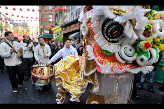 Chinos disfrazados de león bailan en China Town para celebrar la llegada del Año Nuevo Chino en Londres, Inglaterra. Foto: EFE