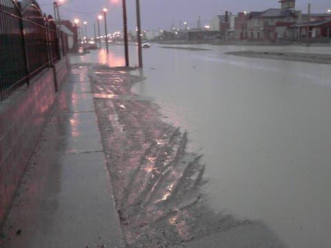 El temporal que azota a Comodoro Rivadavia obligó a suspender el transpoprte público y la actividad en la mayoría de las escuelas. Foto: Facebook Radio del Mar