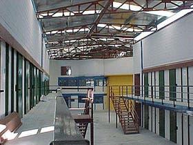 Vista interior del área de alojamiento, con capacidad para 300 internos