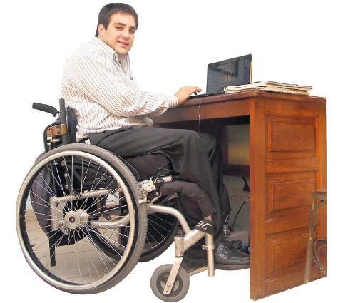 Mariano Santoro, en el escritorio de su casa.