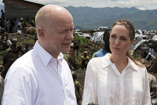 Angelina Jolie sigue con su lucha, esta vez viajó a la República del Congo para dar a conocer violaciones en las zonas de guerra. Foto: AP