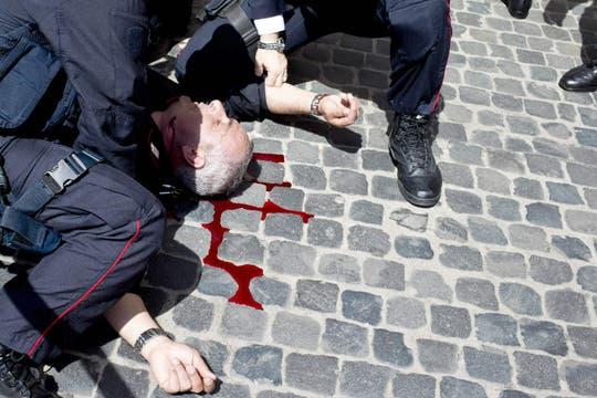 Un hombre abrió fuego a los policías que custodiaban el palacio donde juraba el nuevo premier italiano Enrico Letta. Foto: EFE