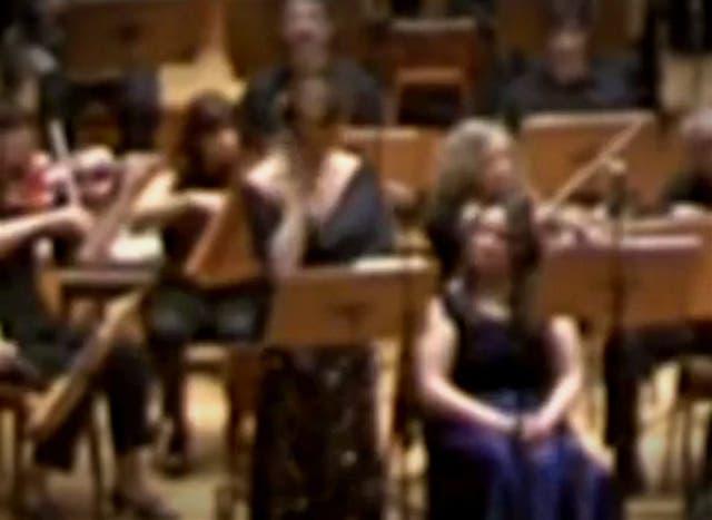La cantante expresa su malestar mientras interpreta los acordes finales del requiem de Verdi y se lleva la mano a la sien derecha en señal de dolor