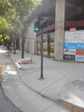 El semáforo y la rampa en una esquina de Caballito