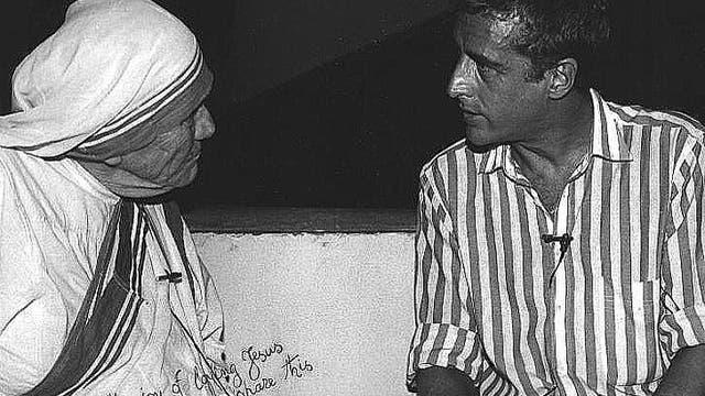 El fotógrafo y camarógrafo argentino Mario Podestá junto a la Madre Teresa; Podestá falleció mientras cubría la guerra en Irak