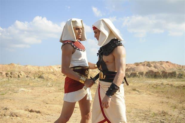 Guilherme Winter (Ramsés) y Sergio Morone (Moisés), los protagonistas de la novela del momento