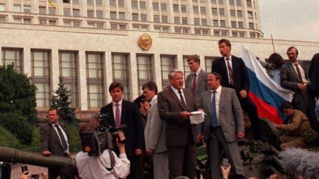 Agosto de 1991: Boris Yeltsin (c) lidera una protesta en contra de un intento de golpe por parte de militantes soviéticos de línea dura