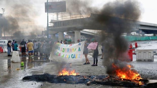 Vecinos de Lomas de Zamora cortan Camino Negro en reclamo por la inseguridad y falta de agua