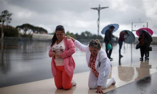Dos peregrinas, ayer, en el santuario de Fátima