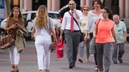 La configuración de las ciudades en España favorece que los ciudadanos opten por trasladarse caminando o usando transporte público.