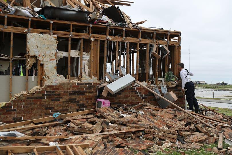 Uno de los complejos de departamentos que quedaron destruidos en Rockport, Texas; los agentes de revisaban esta tarde si quedaban personas. Foto: AP