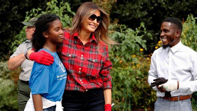 Melania Trump se vistió de jardinera y, por primera vez, recorrió la huerta que dejó Michelle Obama