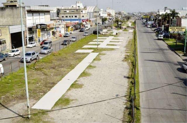Sobre la avenida Presidente Perón hay un parque lineal semiabandonado