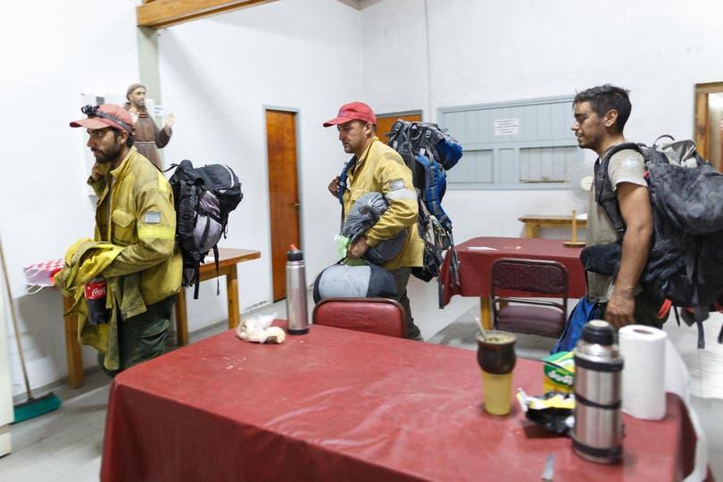"""Los combatientes llegan al albergue en donde comen y descansan por unas horas. Ahí están los brigadistas y los maquinistas. El último en entrar es Emiliano """"Bili"""" López"""
