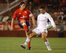 Ruiz no consigue bloquear un pase de Pusineri; el triunfo fue lo único positivo que sacó Independiente