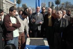 Un reducido grupo de peronistas se encontró en la Plaza de Mayo para leer un mensaje de Perón, de 1948