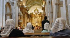 Un grupo de seis Madres de Plaza de Mayo, encabezado por su presidenta Hebe de Bonafini, inició hoy un ayuno dentro de la Catedral Metropolitana
