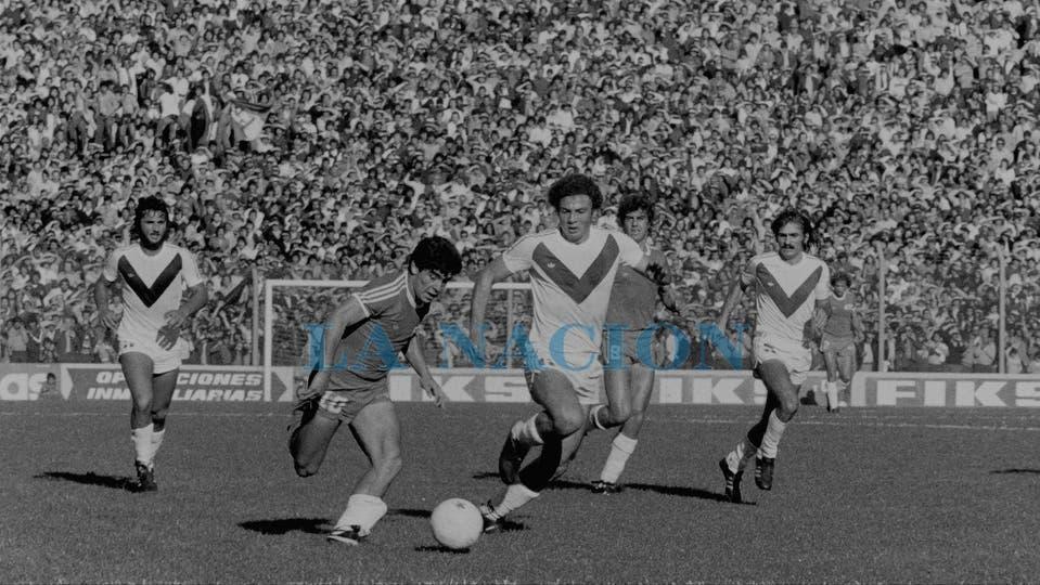 18-11-1979: en el triunfo por 2 a 1 ante Vélez, en la cancha de Ferro.. Foto: LA NACION