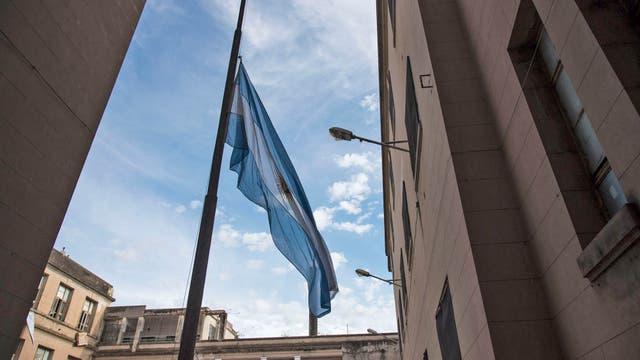 Bandera a media asta en el Instituto Politécnico de Rosario donde estudiaron los cinco rosarinos muertos en el atentado de Manhattan