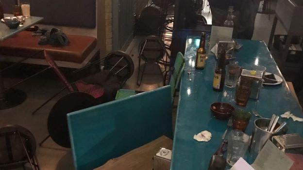 Los comensales arrojaron sillas y botellas al atacante