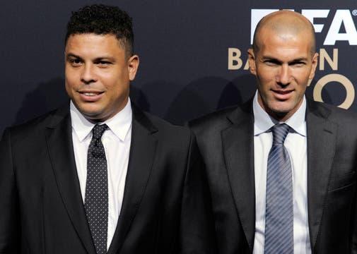 Ronaldo, que le entregó el premio a Messi, y Zidane, juntos para la foto. Foto: AP, AFP y Reuters