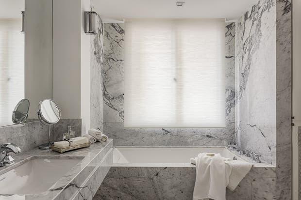 Antes nombramos los revestimientos símil madera. Hay también opciones que imitan el efecto sofisticado del mármol de Carrara.  Foto:Living /Archivo LIVING