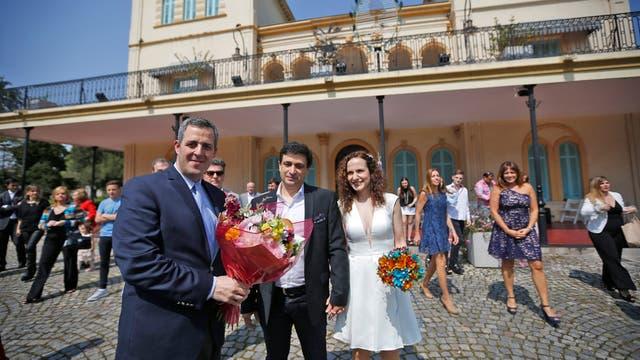 Junto a familiares y amigos Mariela y Guillermo se casaron en Parque Avellaneda