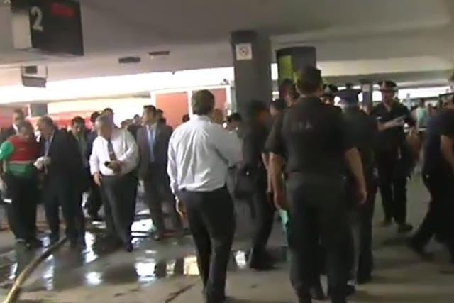 Un tren de la línea Sarmiento no frenó y chocó en la estación Once; hay cientos de personas heridas