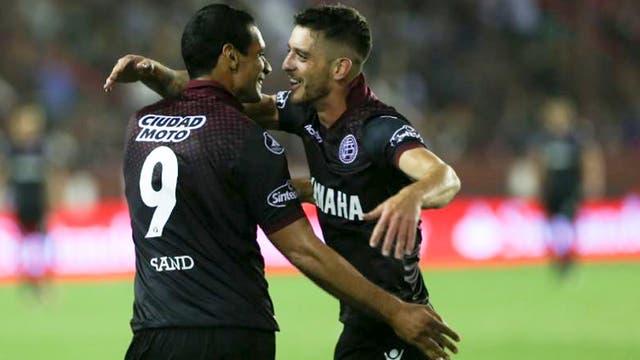 Silva celebra su gol junto a Sand