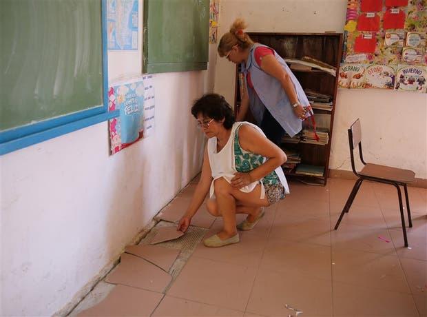 La docente Silvia Pérez y la auxiliar Gladys Pinzone, de la Escuela N° 16, muestran el estado del colegio