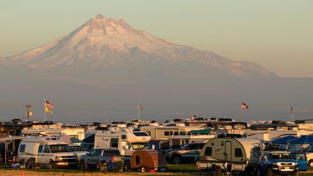 Un campo agrícola convertido en campamento para los entusiastas del eclipse solar total