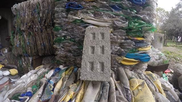 Ladrillos hechos a base de botellas de plástico pulverizadas.