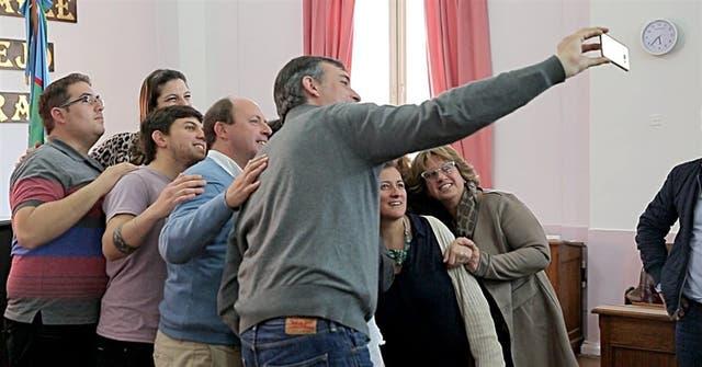 Las selfies, casi una pasión de Esteban Bullrich durante sus recorridas