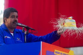 """Miren qué bonito, me lo regaló una compatriota de Nicaragua"", contó Maduro"