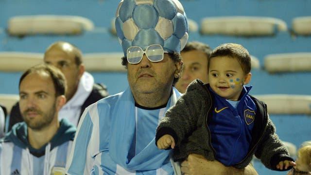 Un hincha argentino con su hijo, pura ansiedad