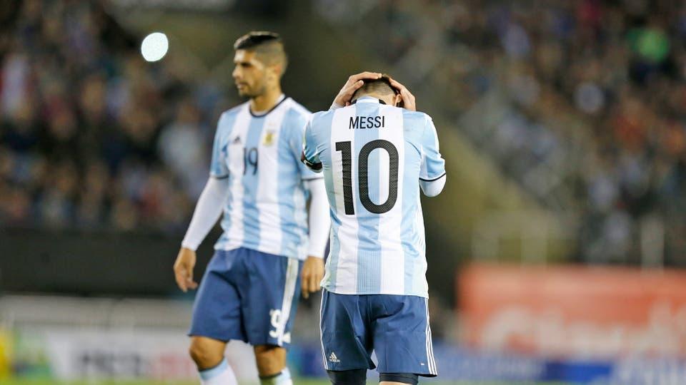 Messi se agarra la cabeza, Argentina está en riesgo y aumenta la presión. Foto: LA NACION / Rodrigo Néspolo