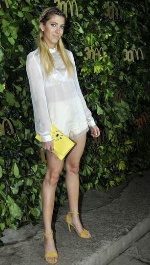 Candela Ruggeri, con accesorios en amarillo, lució un vestido con transparencias. Foto: Gerardo Viercovich