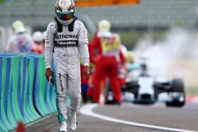 Lewis Hamilton resignado con su auto en llamas