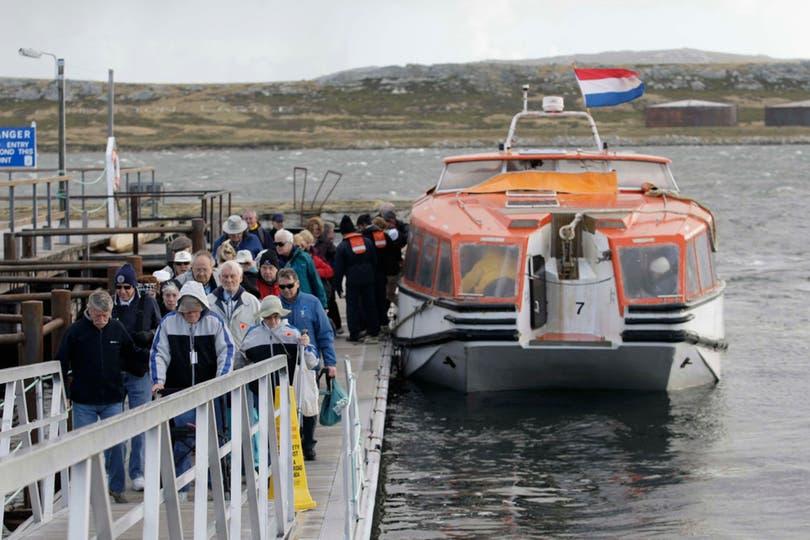 Cruceros con turistas de todas partes del mundo llegan a Puerto Argentino durante todo el año. Foto: LA NACION / Mauro V. Rizzi