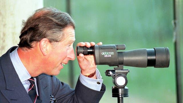 Mirando a través de un telescopio durante su visita al Centro de humedales al oeste de Londres