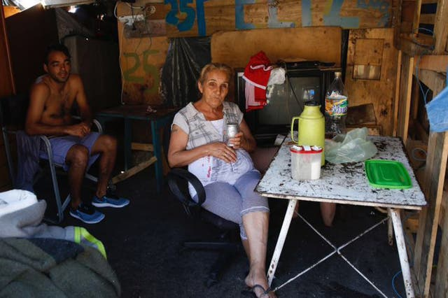 Un grupo de personas continúa viviendo en medio de la avenida Pedro de Mendoza, al 1400, luego de que un hombre incendiara adrede un conventillo con la intención de matar a su pareja
