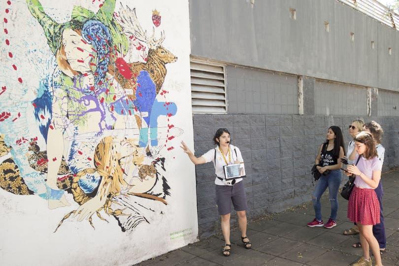 Luego de la multiplicación de murales en barrios como La Boca, Barracas, Palermo o Coghlan, la Ciudad y privados organizan visitas guiadas en las que son protagonistas