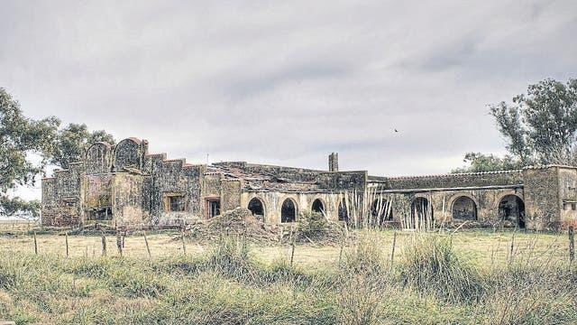 Restos de una de las siete fábricas de lácteos que había en Ordoqui (partido de Carlos Casares); no queda ninguna; el pueblo nunca se repuso del cierre de la cuenca lechera; además ya no tiene tren
