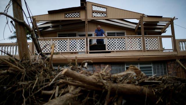 Un hombre mira desde el balcón de su casa luego del paso del huracán. Foto: Reuters / Carlos Garcia Rawlins